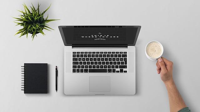 Laptop i akcesoria na biurku
