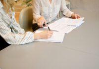 Kobiety podpisujące dokuumenty