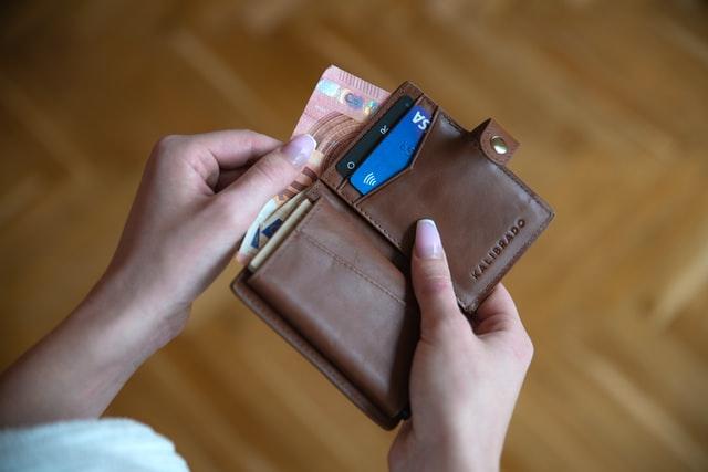 Ręka trzymająca portfel