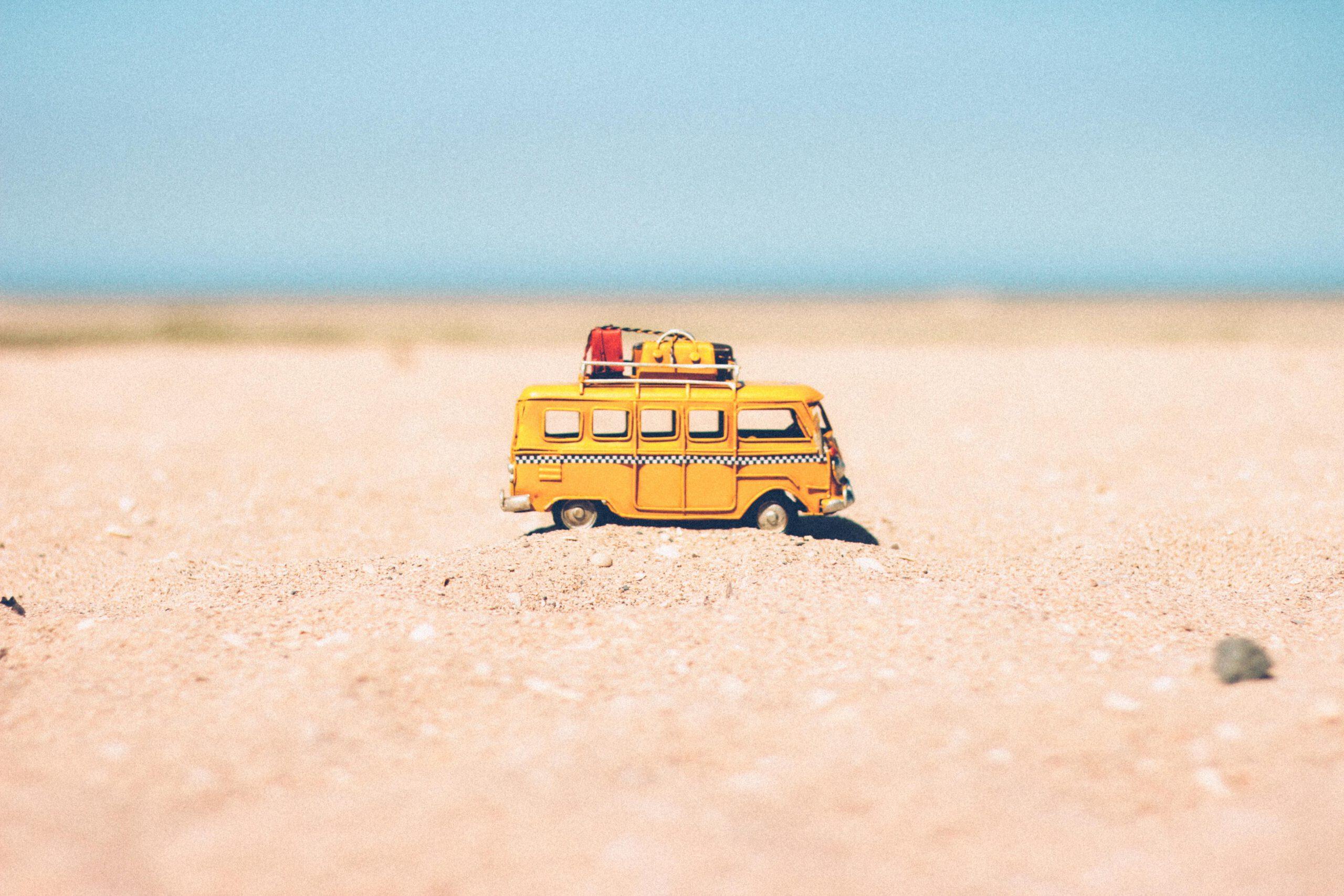 autobus zabawka na plaży