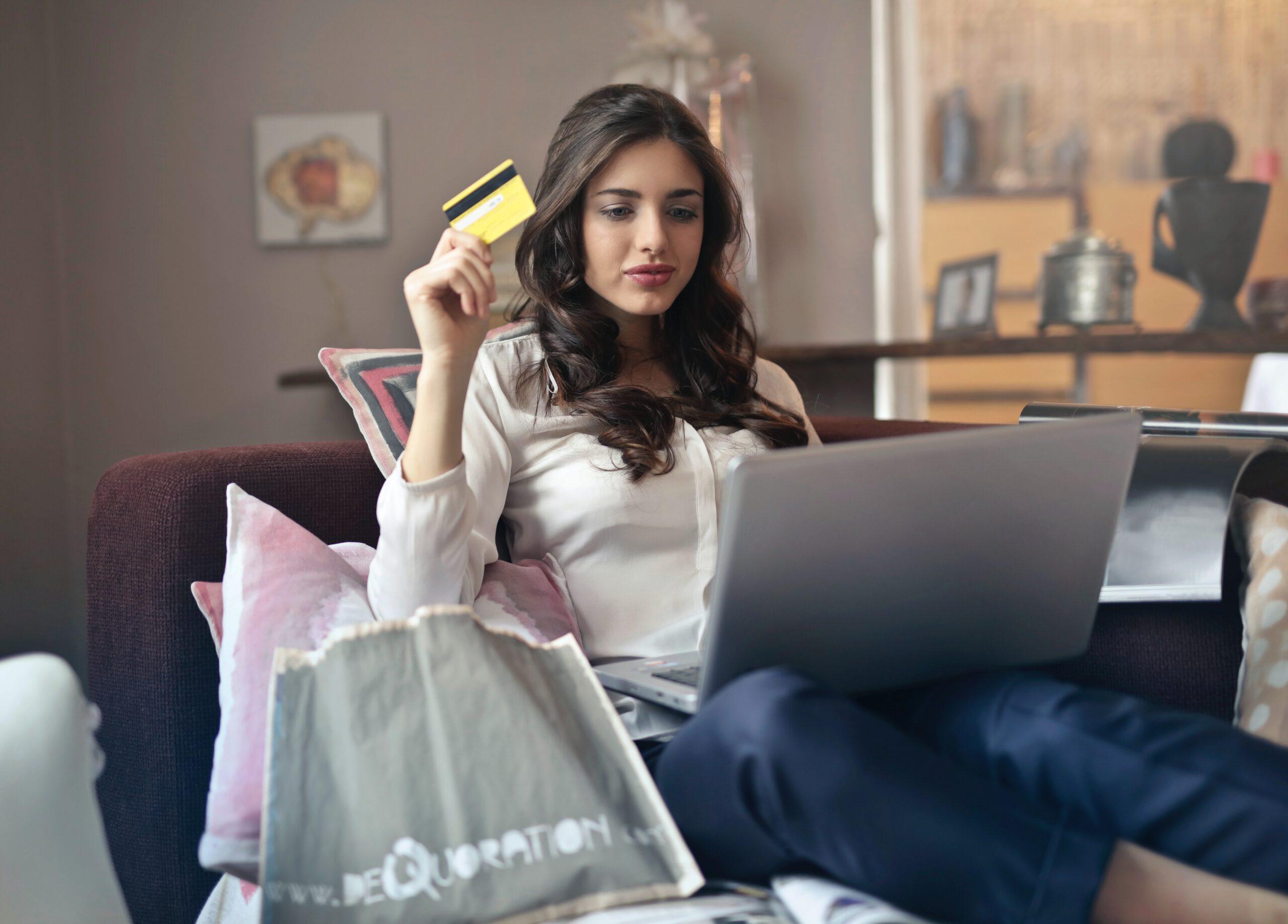 kobieta robiąca zakupy przez internet