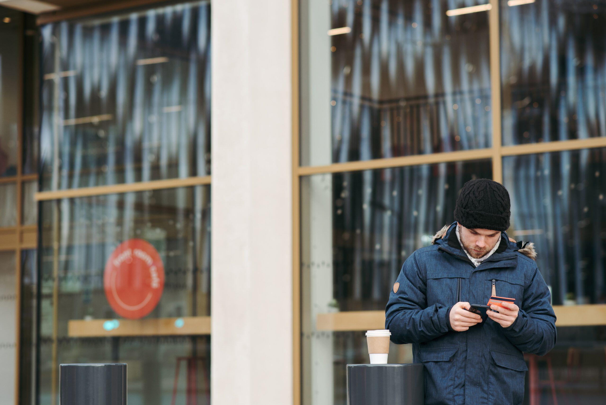 mężczyzna stojący niedaleko banku