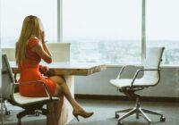kobieta w biurowcu